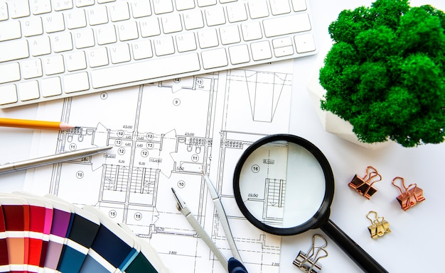 建築家の職場のトップビュー。建築プロジェクト、青写真、青写真がテーブルにロールバックします。建設の背景。エンジニアリングツール。コピースペース