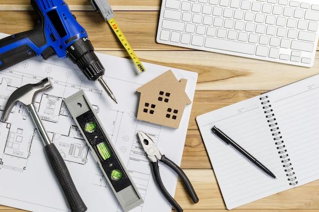 건축가 직장 평면도. 건축 프로젝트, 청사진, 청사진 롤 테이블에.