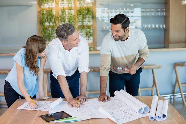 会議室で互いに議論する建築家