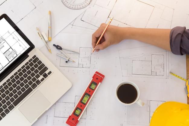 Офис архитекторов, работающий с чертежами