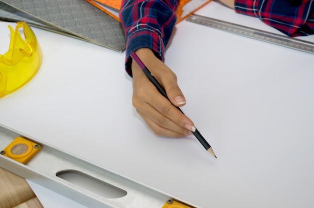 청사진을 작성하고 건축 프로젝트를 작성하는 건축가.