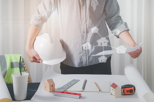 建築計画のオフィスでの青写真、職場での検査で働く建築家。建設コンセプト。