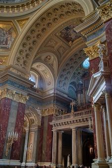 헝가리 부다페스트에 있는 대리석 조각상과 조각이 있는 아름다운 가톨릭 대성당 내부의 건축 및 그림 장식.