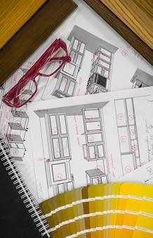 木製と紙のサンプルとマルチカラーのパレットと描画ツールを備えた建築設計図のインテリア