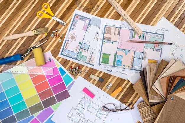 木製または紙のサンプルと描画ツールを使用した建築設計図