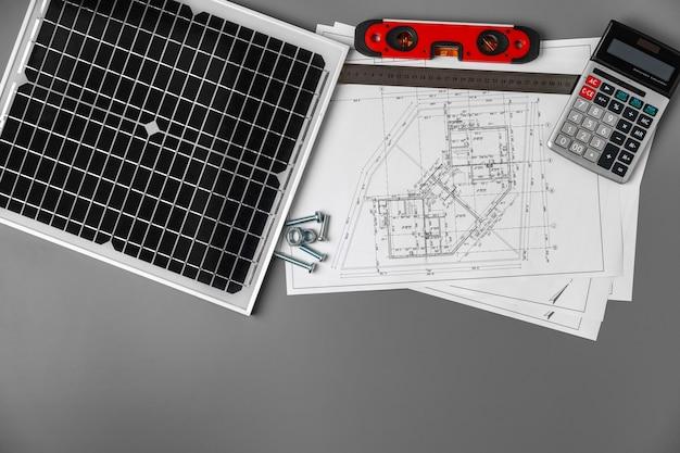 건축 청사진 및 테이블에 태양 전지 패널