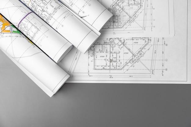 テーブルの上の建築建設計画紙のクローズアップ