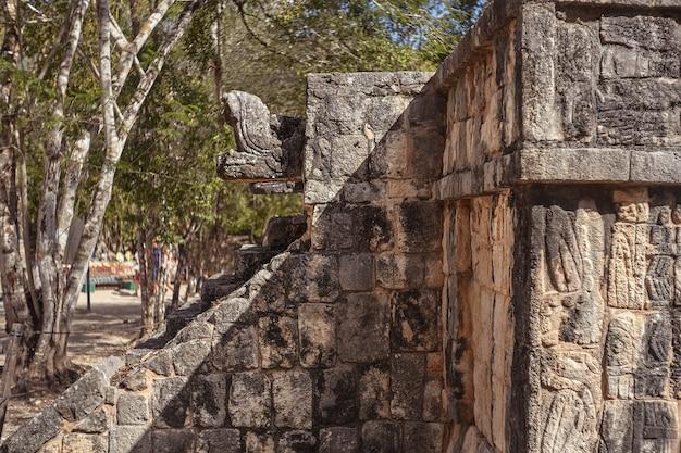 メキシコのチチェンイツァ考古学複合施設の建物に属する装飾の建築の詳細