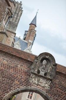 푸른 하늘에 대 한 브뤼헤 도시 건물의 건축 세부 사항