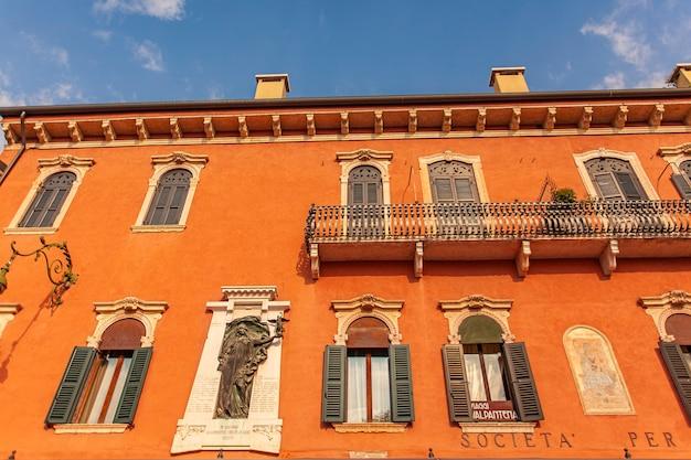 Архитектурная деталь исторических зданий на площади бра в вероне в италии