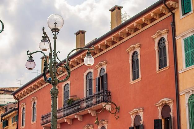 Архитектурная деталь исторических зданий с фонарным столбом на площади бра в вероне в италии
