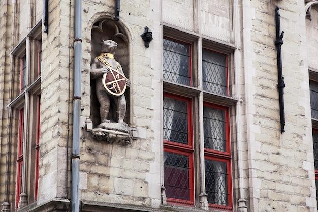 벨기에 브뤼헤시의 건물에 대한 건축 세부 사항 프리미엄 사진