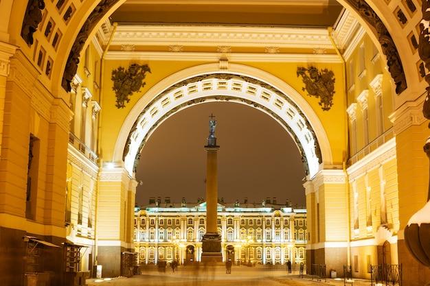Архитектурный ансамбль с видом на александровскую колонну через арку дворцовой площади в ночное время ...