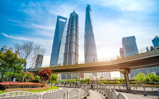 Архитектурный пейзаж и городская улица офисного здания lujiazui в шанхае