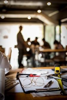 Концепция концептуальных концепций дизайна архитектурного офиса в офисе, с чертежным оборудованием с горным светом