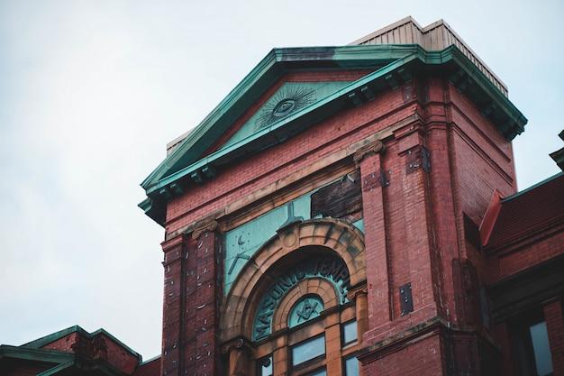 빨간색과 초록색 기념물의 건축 사진
