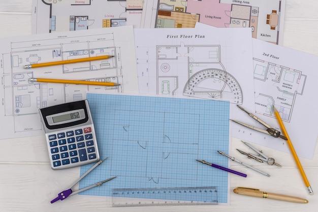 ツールを使用したミリ紙の家の建築スケッチ