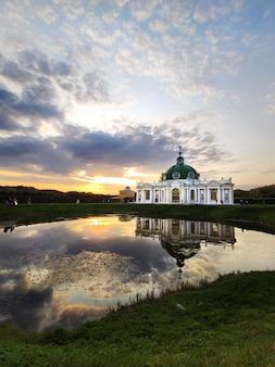 初秋の日没の夕方の湖のそばのロシアの建築構造。