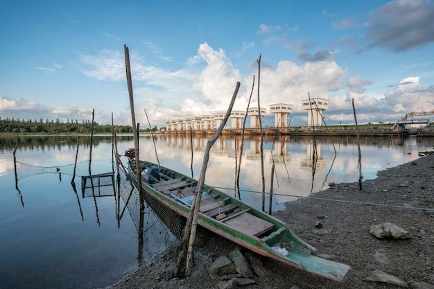 태국 나콘시탐마랏 팍파낭 해안에 목조 보트가 있는 아름다운 우토 위팟 프라싯 수문을 건설하는 건축물