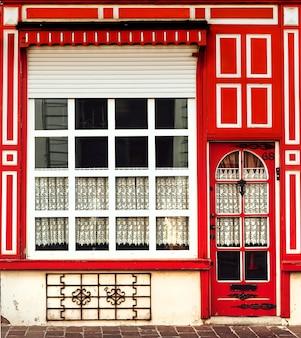 Архитектура здание фасад окна и двери белый красный ретро стиль