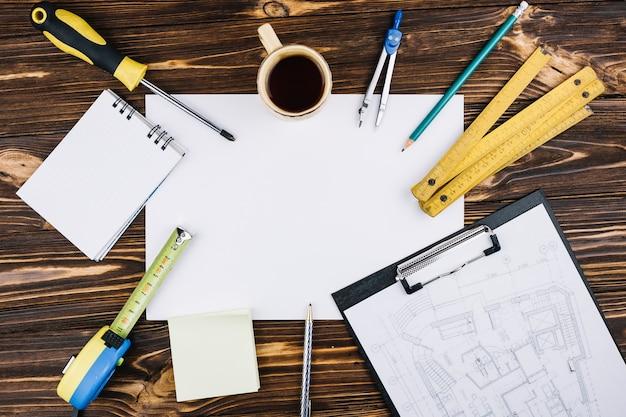 Concetto di architettura con una pagina vuota e appunti