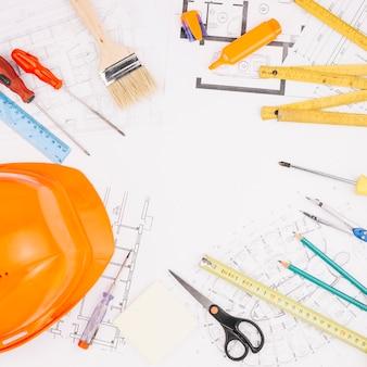 Архитектурная концепция с планом строительства и шлемом