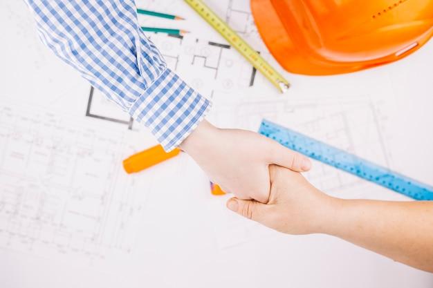 Concetto di architettura con piano di costruzione e casco