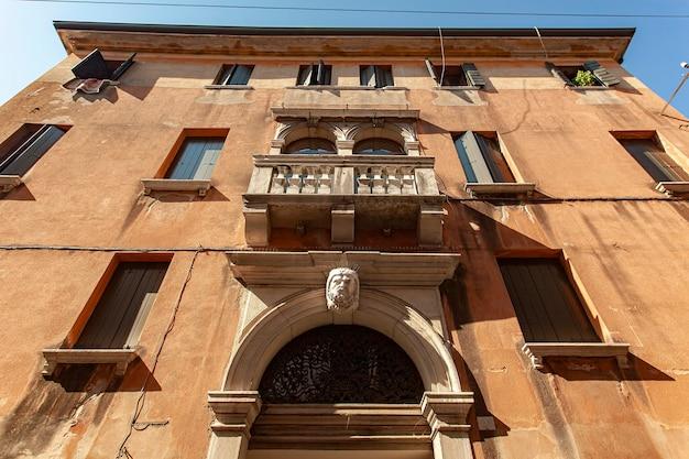 이탈리아 트레비소에 있는 오래된 건물의 건축 세부 사항