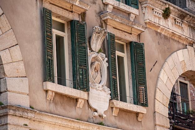 Деталь архитектуры некоторого здания на площади пьяцца деи синьори в вероне в италии