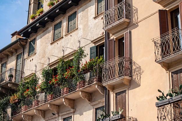 Деталь архитектуры некоторого здания на площади пьяцца делле эрбе в вероне в италии