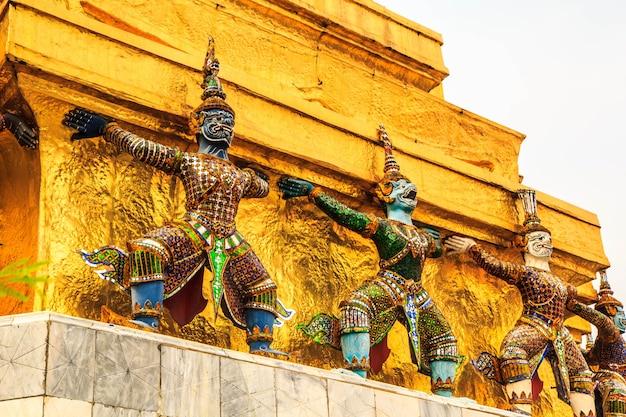 태국에서 건축 거 대 한 불교 예술 화려한 사원입니다.