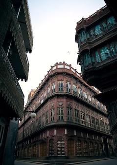 オリエンタルスタイルの建築は砂の装飾の宮殿を収容します