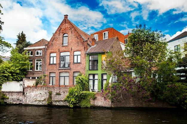 Архитектура города брюгге, вид традиционных домов на канал