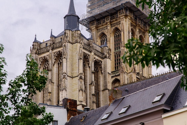 Архитектура старых исторических зданий на улицах антверпена бельгия