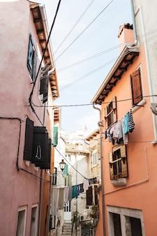 길 건너 빨랫줄이있는 rovinj의 구시 가지 건축.