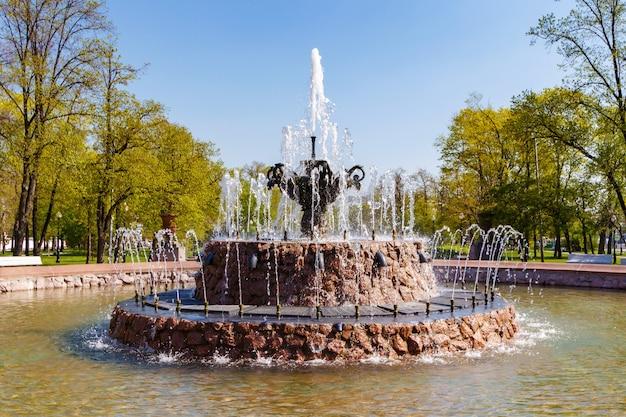 Архитектура репинского фонтана на болотной площади в москве крупным планом в солнечное весеннее утро