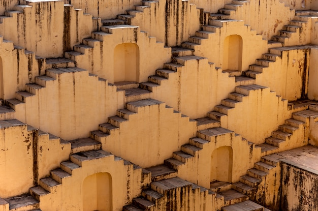 Архитектура лестниц на stephan abhaneri baori в джайпуре раджастхане индии.