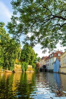 Архитектура города страго праги. речной канал в городе. улицы старого городского пейзажа европы
