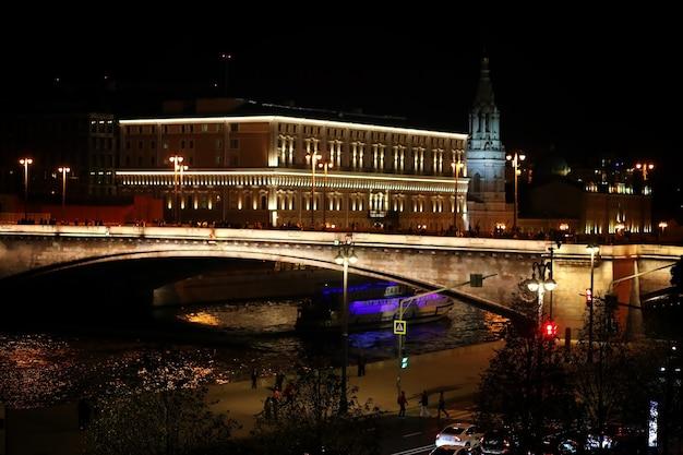 밝은 조명으로 밤에 러시아 수도의 건축