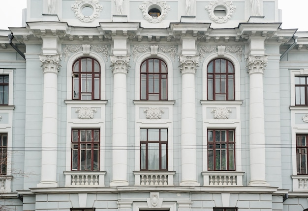 窓と柱のある歴史的な建物の建築。