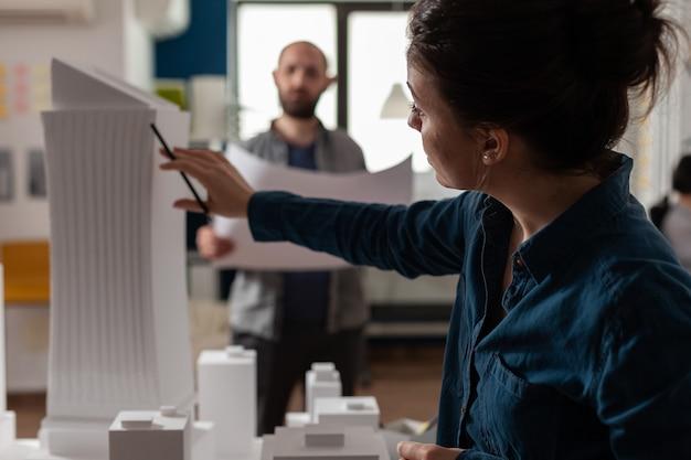 青写真と計画を検討している建築事務所のパートナー