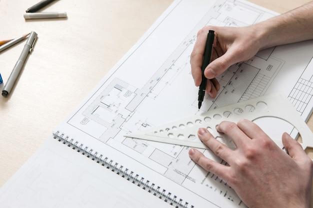 디자이너 작업장의 바탕 화면에 인식 할 수없는 손으로 그리는 건축 계획
