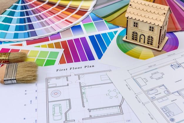 テーブルの上の色見本と建築スケッチ