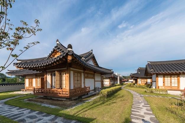 한국 강원도 오죽한옥마을에서 화창한 날 푸른 하늘을 가진 건축 전통 동양 목조 주택