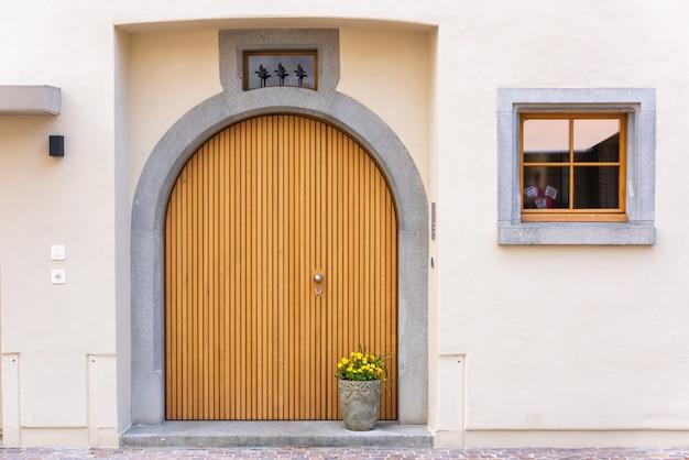 アーキテクチャヴィンテージの木製の戸口と花の装飾のカラフルです。
