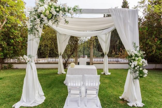 신혼 부부를위한 테이블과 결혼식을위한 아치 밑의 통로
