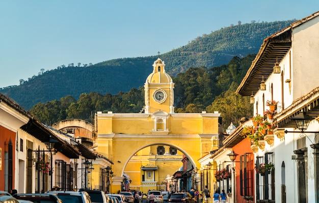 中央アメリカ、アンティグアグアテマラのアルコデサンタカタリナとボルカンデアグア