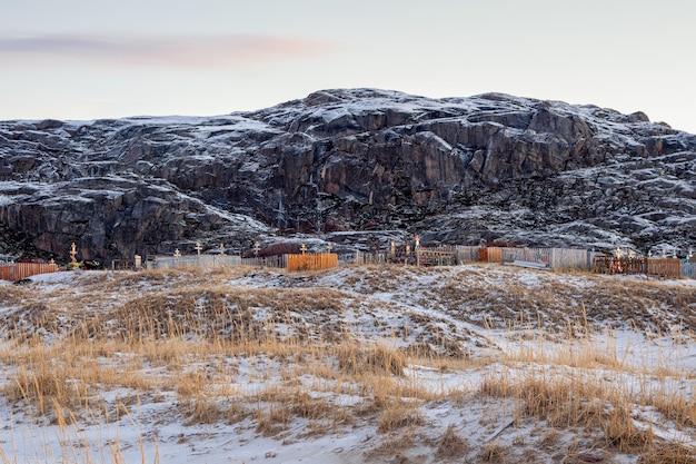 北極の墓地。テリベルカの北極海岸の丘を背景にした墓地。ロシア。
