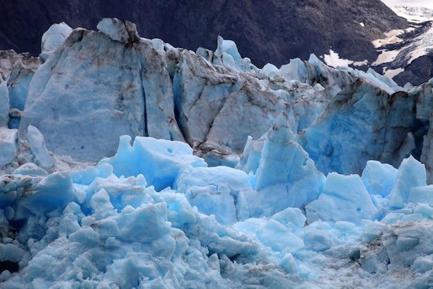 アラスカの山の北極氷河海岸