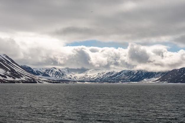Арктический пейзаж на шпицбергене с ледником